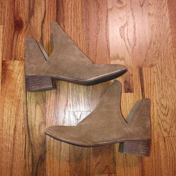 Matisse Coconuts 6.5 Suede Brown Cutout booties Ankle Boots