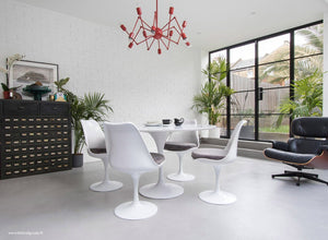 Main view of a 120 cm Tulip table in white with 4 mathcing tulip side chairs with grey cushions