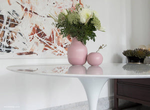Close Up Saarinen 120 Marble Tulip Dining Table With Vase