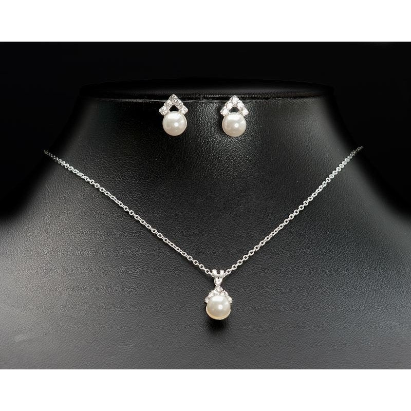Elegance necklace with a central pearl drop and matching earrings.