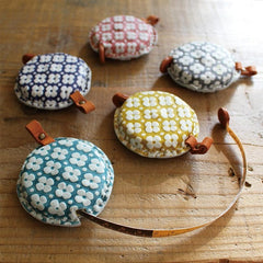 Beautiful tape measures using Yuzen leather which has been dyed using traditional Japanese dyeing methods. By using special dyes which bring out the unevenness of the leather surface, users can enjoy the unique expression of each piece of leather.