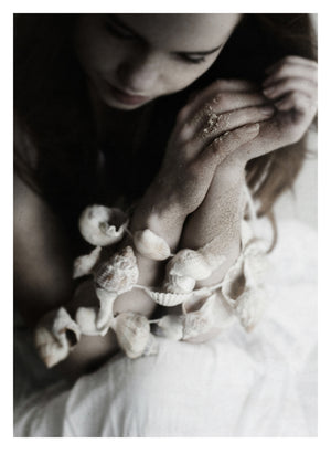 Fotoplakat Girl with Shells fra Ingrey Studio