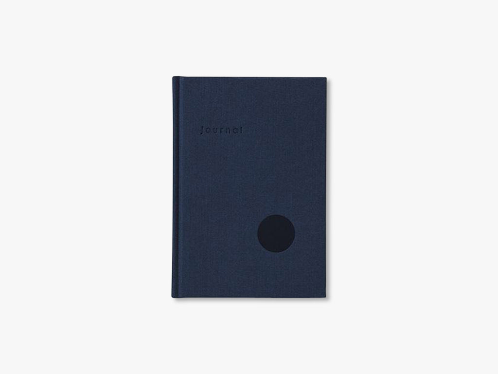 HARDCOVER JOURNAL, DOT GRID PAGES NAVY fra Kartotek Copenhagen