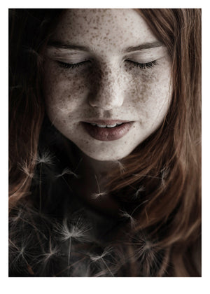 Fotoplakat Girl and Dandelion fra Ingrey Studio