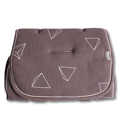 Pique liner in dark grey with white triangles