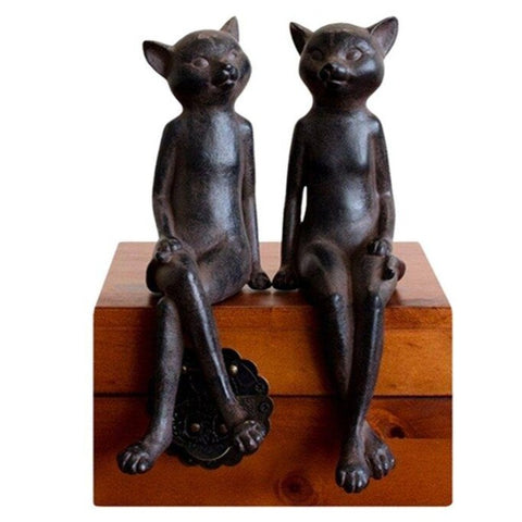Chat Assis Statue