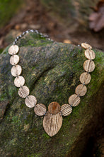 Carregar imagem no visualizador da galeria, sustainable necklace with recycled materials and banana fibre