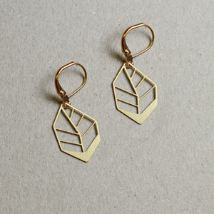 Hoja: Small abstract leaf earrings brass
