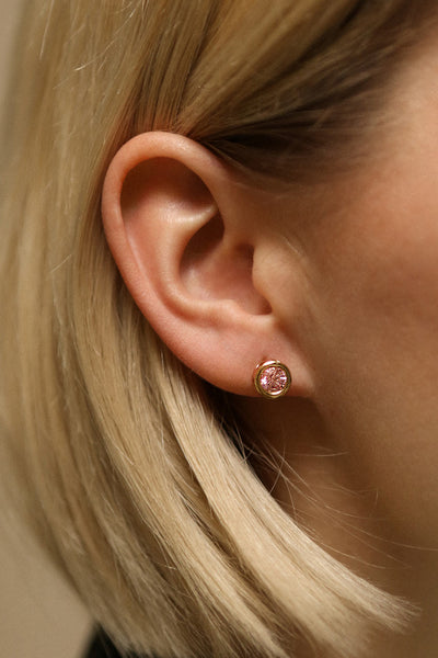 Arie Blütenblatt - Gold and pink crystal stud earrings on model