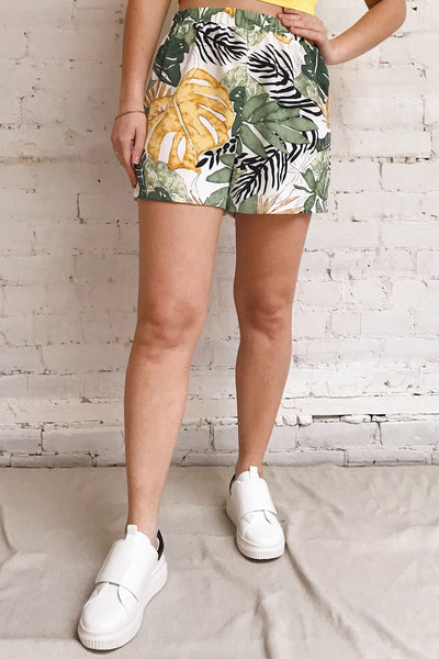 Cautivo Tropical Print Shorts w/ Pockets | La petite garçonne model close up