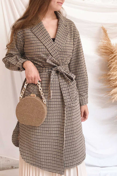 Londres Long Beige Houndstooth Coat | La petite garçonne on model
