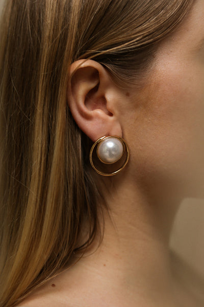 Commito Golden Hoop Stud Earrings with Pearl | La Petite Garçonne on model