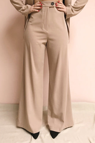 Eistir Taupe Pants | Pantalon Taupe | La Petite Garçonne model close up