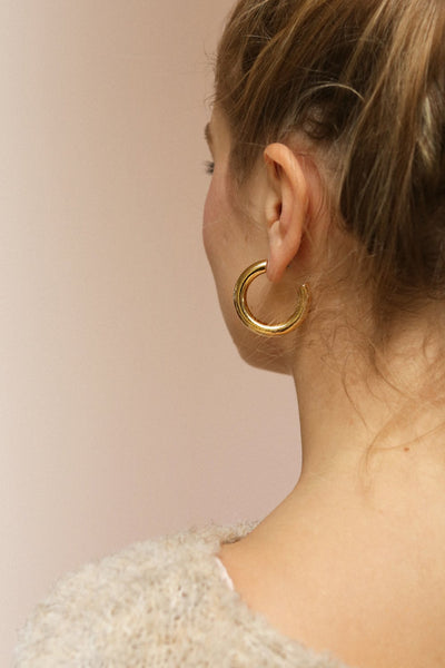 Elene White Gold Hoop Earrings | Anneaux | La Petite Garçonne on model