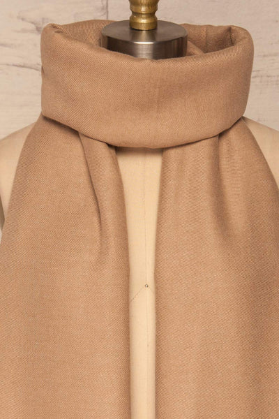 Fagerelv Beige Soft Lightweight Scarf | La petite garçonne around close up
