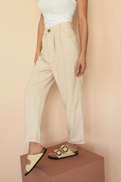 Ammy Blush Pleated High Waist Pants | La petite garçonne model close-up