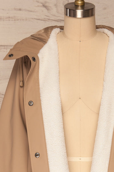 Klodzko Beige Wide Hooded Rain Coat | La petite garçonne close up unzip