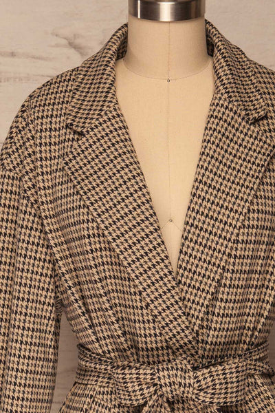 Londres Long Beige Houndstooth Coat | La petite garçonne front close up belt