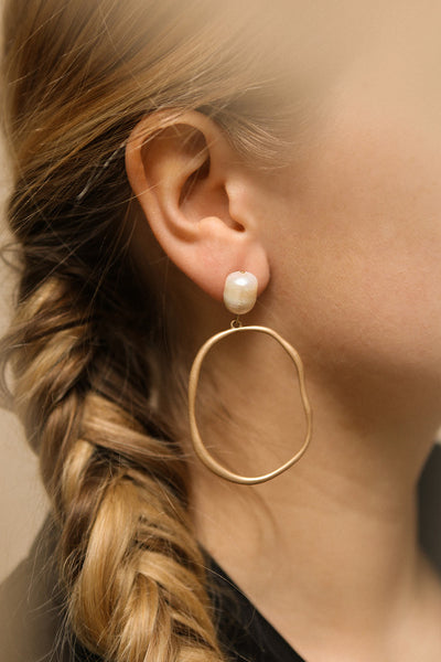 Senecta Golden Hoop Pendant Earrings with Pearl | La Petite Garçonne