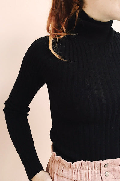 Tomsk Black Turtleneck Top | Haut photo close up | La Petite Garçonne