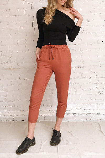 Barbascal Rust Orange Cropped Pants | La petite garçonne on model