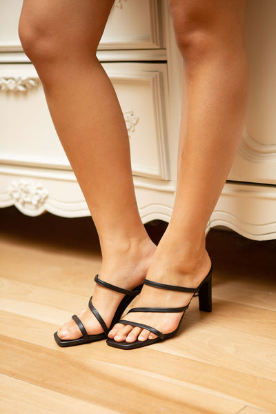 Baudoyer Black Heeled Sandals | La petite garçonne on model
