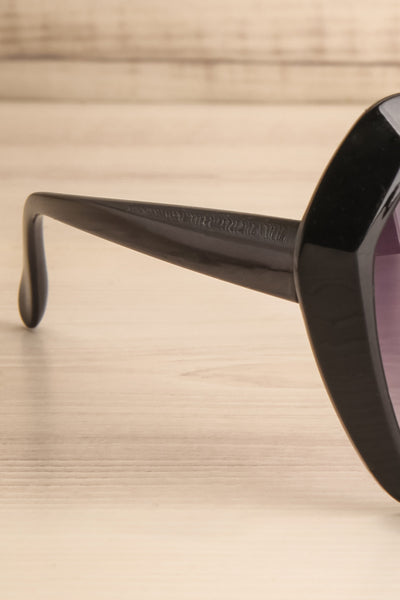 Deknepoll Black Oversized Sunglasses arm close-up | La Petite Garçonne