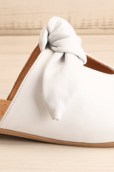 Ebelmen White Slip-On Sandals w/ Bow | La petite garçonne side close-up