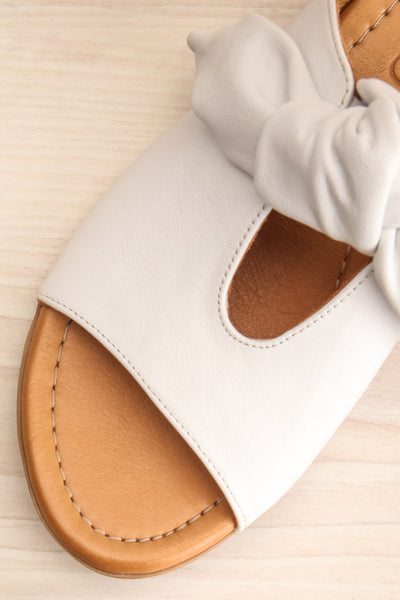 Ebelmen White Slip-On Sandals w/ Bow | La petite garçonne flat close-up