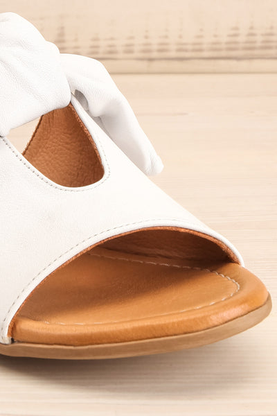 Ebelmen White Slip-On Sandals w/ Bow | La petite garçonne front close-up