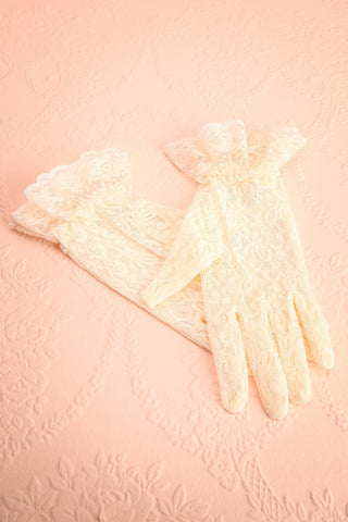 Gloriam Ivoire - Short ivory lace gloves with ruffle