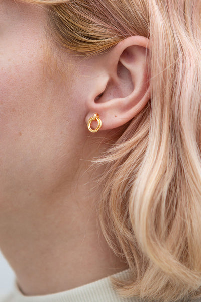 Jete Gold Circle Stud Earrings | La petite garçonne model
