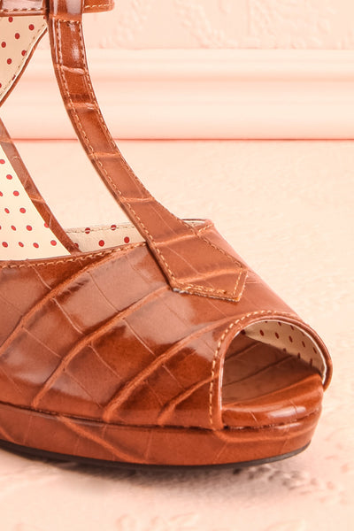 Laurentine Brown Retro Heels | Talons Rétro | Boutique 1861 front close-up