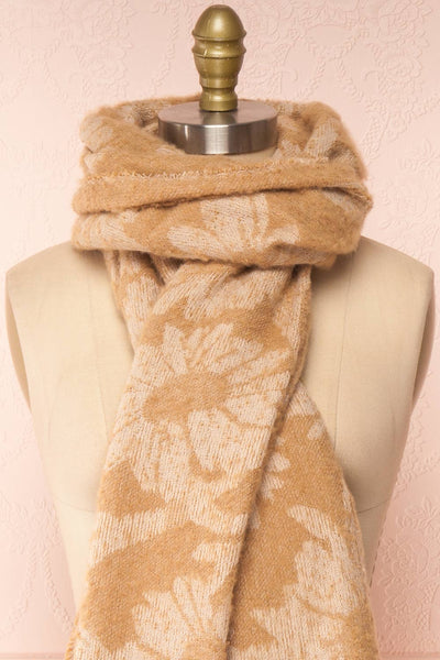 Le Bal Beige Soft Knit Scarf | La petite garçonne knot close-up