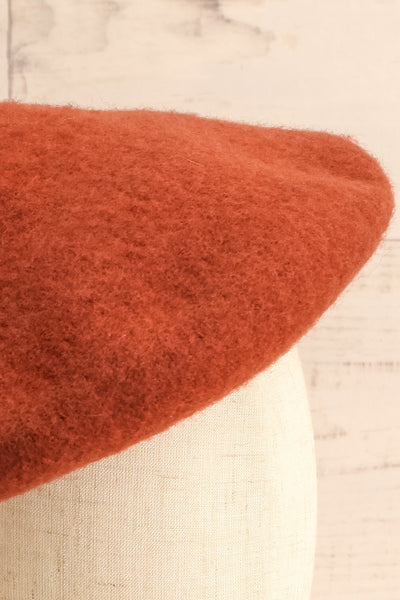 Nienor Rust Woollen Beret | Beret Brun | La Petite Garçonne close-up