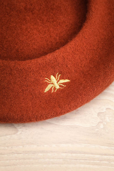 Nienor Rust Woollen Beret | Beret Brun | La Petite Garçonne insect close-up
