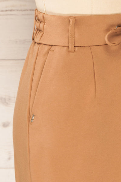 Olkusz Camel High-Waisted Short Skirt | La petite garçonne side close-up
