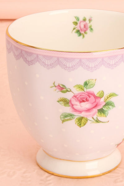Tasse Moretta - White and lilac floral coffee mug close-up