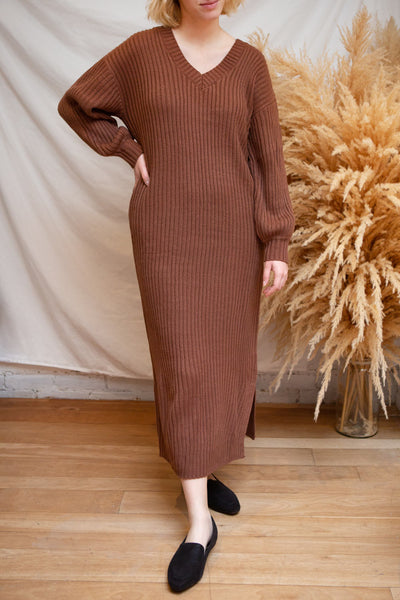Titel Brown Long Sleeve Knitted Maxi Dress | La petite garçonne model