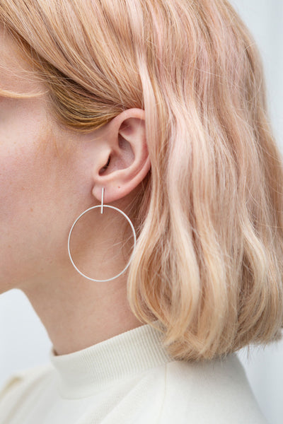 Zwolle Argent White Gold Dipped Hoop Earrings | La Petite Garçonne model