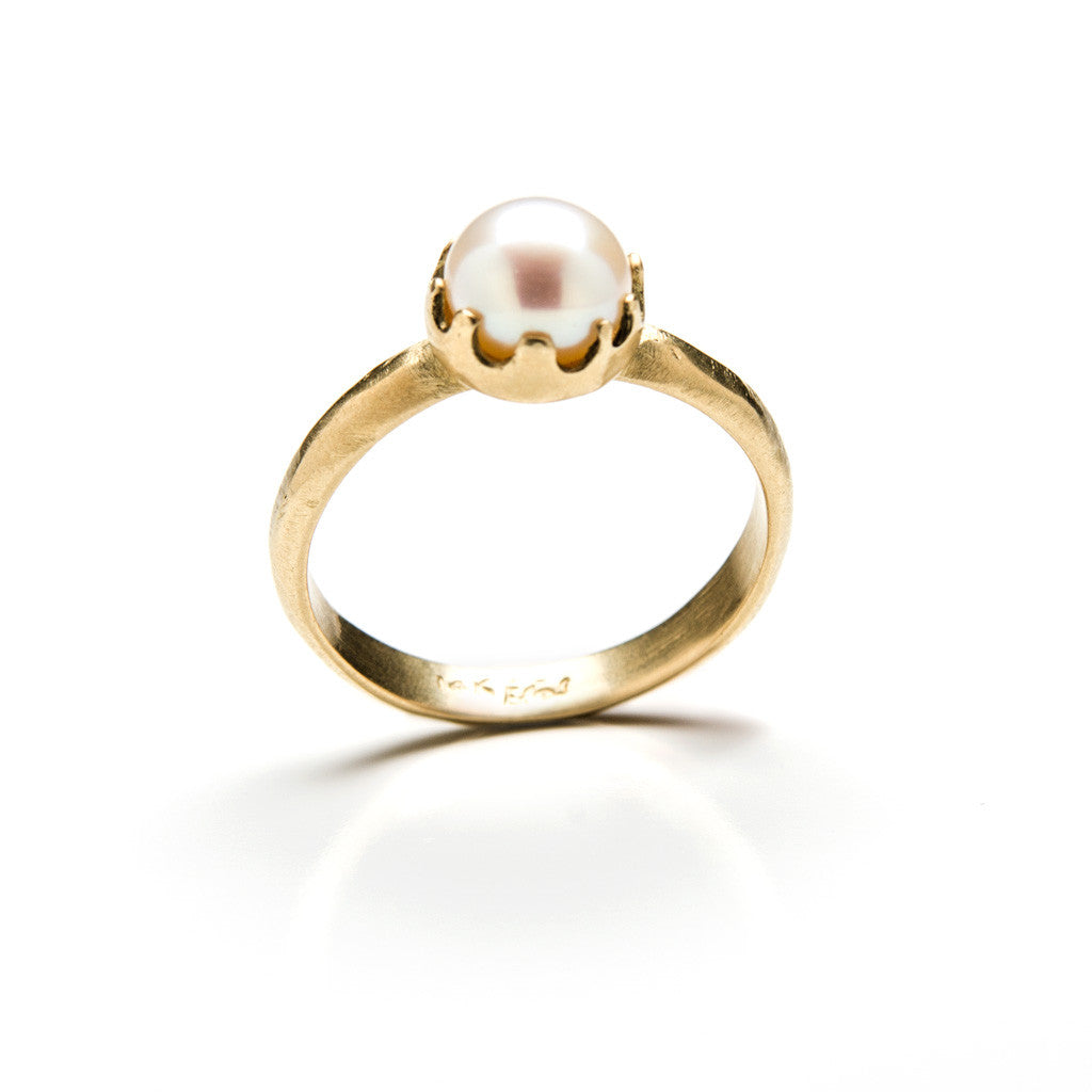 Crown gold ring with pearl