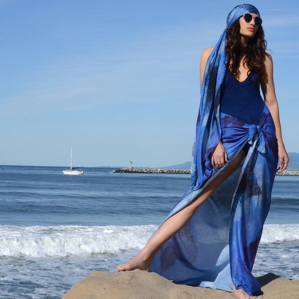 Model wearing Chetna Singh blue tie-dye print cotton scarf.