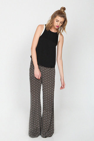 "<img src=""Harlyn-Label-Black-White-Honeycomb-Print-Lori-Wide-Flare-Leg-Trouser-Fall-Winter-2014-Grey-Parachutes-Front.jpg"" alt=""Harlyn Label Black White Honeycomb Print Wide Flare Leg Trouser Fall Winter 2014 Grey Parachutes Front"">"