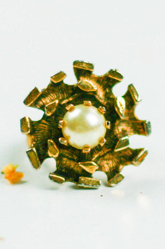 "<img src=""Vintage-1950-Charded-Starburst-Pearl-Ring-Close-Up.jpg"" alt=""Vintage 1950 Charded Starburst Pearl Ring Close Up"">"