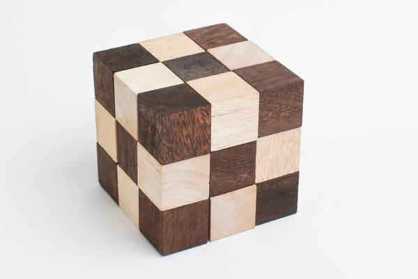 Snake cube (brown) - Wooden Puzzle