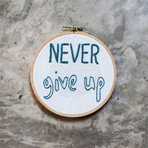"Kit à broder "" Never give up """