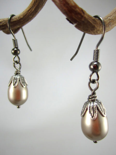 E220 Gray pearl with leaf cap earrings