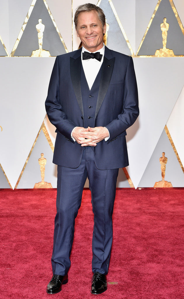 """d0d977e3ff017 With the first tuxedo and vest of the night, Viggo nominated for his role  in """"Captain Fantastic"""", opted for an elegant gray Dior design which he  walked more ..."""