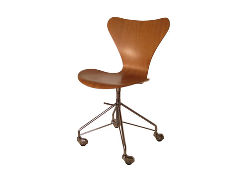 Arne Jacobsen Series 7 Swivel  Chair