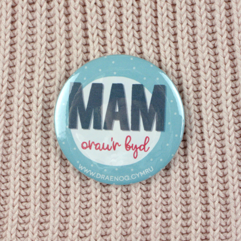 World's best mam badge or mirror 'Mam orau'r byd'
